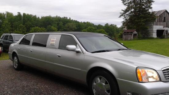 Belleville, Canadá: 6-person limo, front view