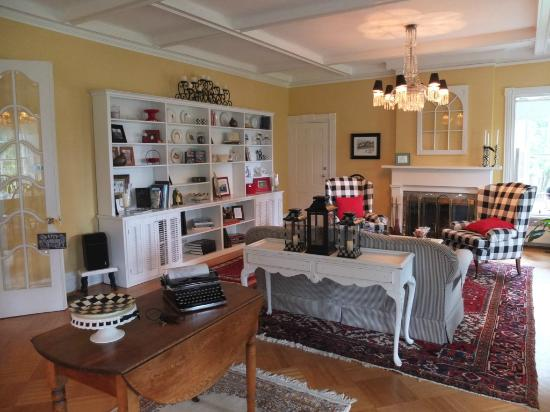 1837 Cobblestone Cottage Bed and Breakfast: Common guest space