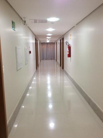Brisa Tower Hotel : Foto do corredor.