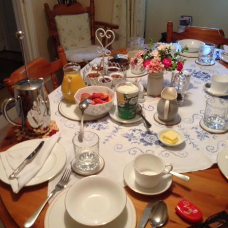 Rose Cottage Bed & Breakfast: Wonderful breakfast. Full english about to arrive!