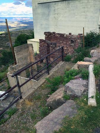 Jerome Chamber of Commerce: Some ruins overlooking the mine