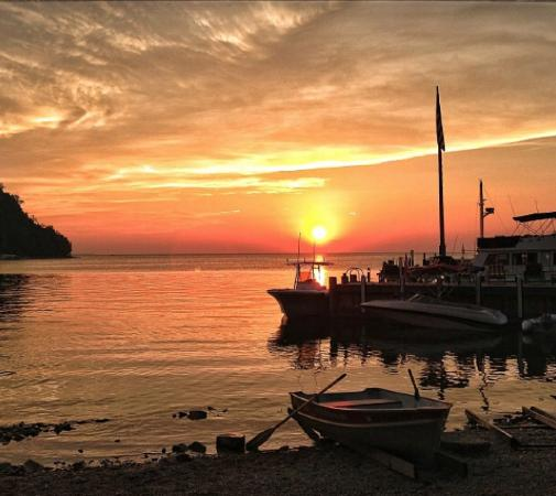 Fred & Fuzzy's Waterfront Bar and Restaurant: Come for the food, stay for the sunsets