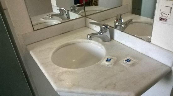pia externa da aéra do banheiro  Picture of Hotel ibis budget Rio de Janeir -> Pia Oara Banheiro