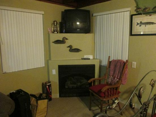 Nature Coast Inn: Cottage 6, fireplace & seating area