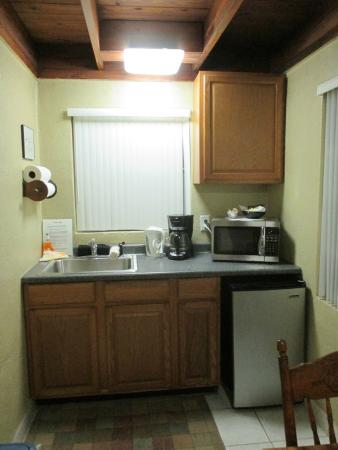 Pine Lodge Bed and Breakfast: Cottage 6, kitchenette