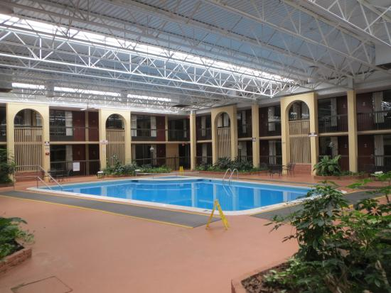 Quality Inn: Inside with swimming pool