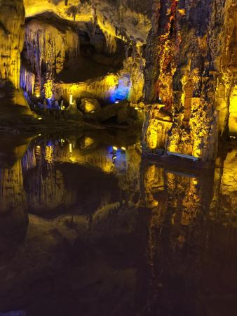 Luxi County, China: 古洞分上中下三層,各有特色。洞穴區大得壯觀,有山有水,各式各樣地貎都讓人驚嘆!還可以坐船遊覽呢⋯⋯導賞員介紹清晰。三層洞之間可以坐船坐山兜橫越,趣味十足,也感覺安全。各洞穴中以有水景的最有意思