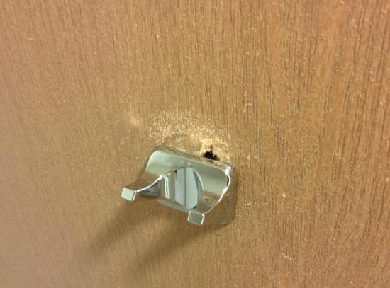 Holiday Inn Express Roswell: Hook behind bathroom door