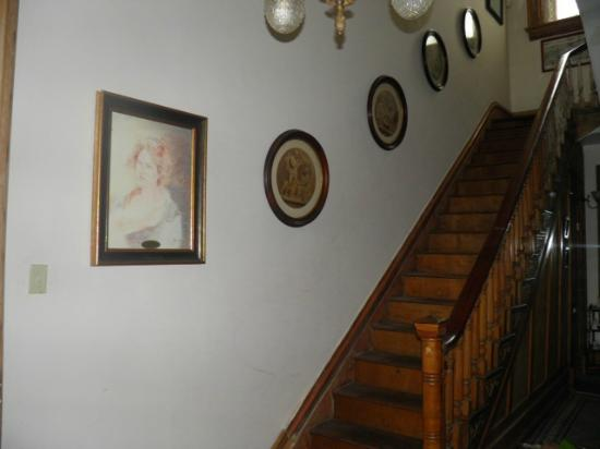 Susanna's Guest House: Stairway from lobby to rooms