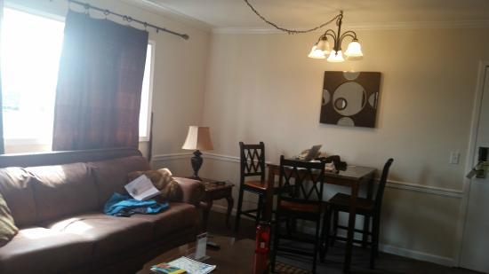 Duke's 8th Avenue Hotel: The living room