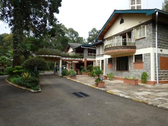 Mt. Kenya Leisure Lodge: Porte cochere and rooms facing gardens