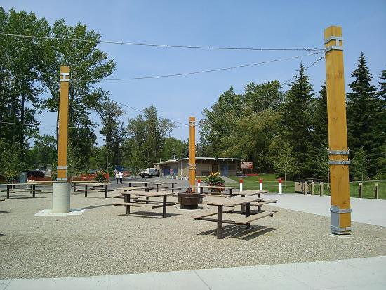 Bowness Park: Tables and benches are available