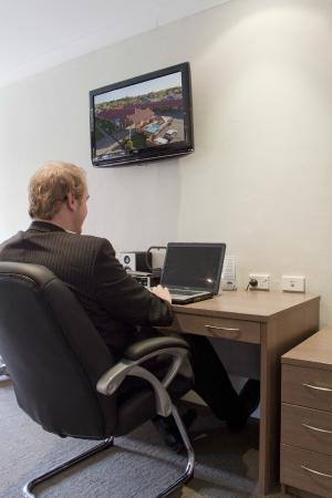 Comfort Inn Parkes International: Ample Desk Space