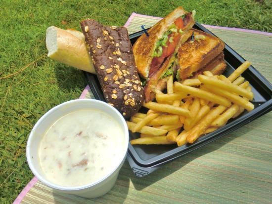 The Cheesecake Factory: サンドイッチを持ち帰りにして、ビーチ沿いのパークでピクニック♪手前のスープは、コンビニで買ったものです。