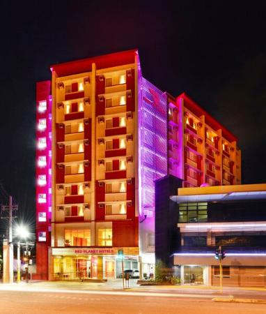 Red Planet Cebu: Hotel Exterior Night