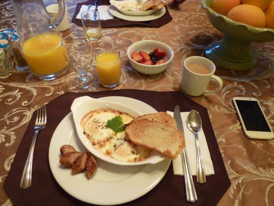 Bear Creek Inn : 麵包(烤過卻柔軟新鮮)、蛋(不可思議)、香腸、水果(草莓超好吃)、起士、咖啡(什麼ROSE的豆)、鮮奶、果汁。