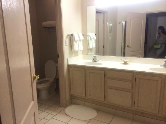 Forest Villas Hotel: Spacious Bathroom