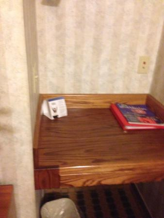 Ramada Saginaw Hotel & Suites: Even the little desk.