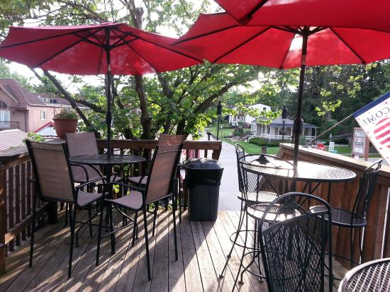 Trolley's BBQ : Dining area above the street