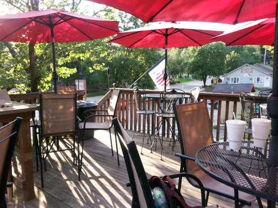 Trolley's BBQ: Dining area above the street