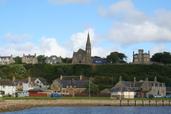 Ceilidh Bed and Breakfast : Lossiemouth town view from the beach side
