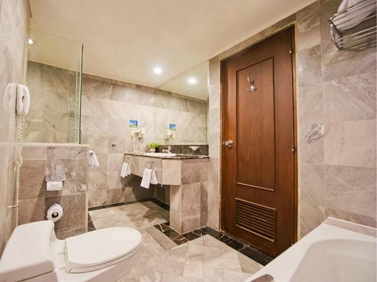 Royal President: Bathroom - Deluxe Room