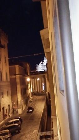 Palazzo Cardinal Cesi: 裏通りからサンピエトロ寺院