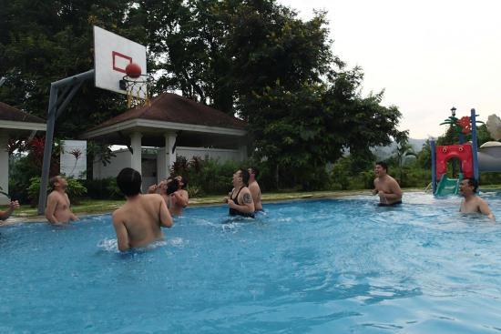 Amansinaya Mountain Resort: The pool with the basketball ring