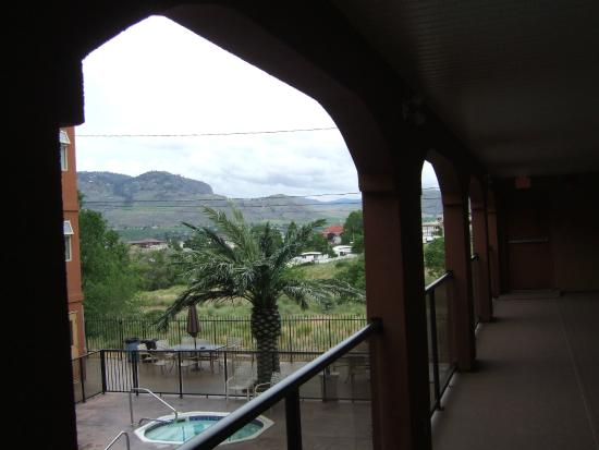 Super 8 Osoyoos: balcony outside room