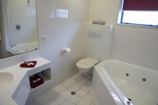Aubyn Court Spa Motel : 1 bedroom unit - Bathroom