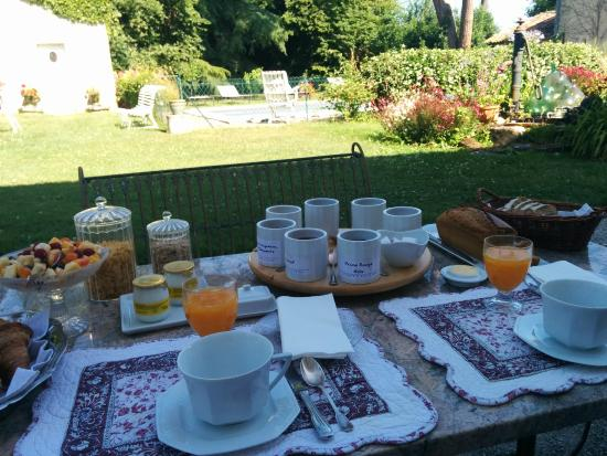 Saint-Seurin-de-Cadourne, Francja: Breakfast outside in the garden