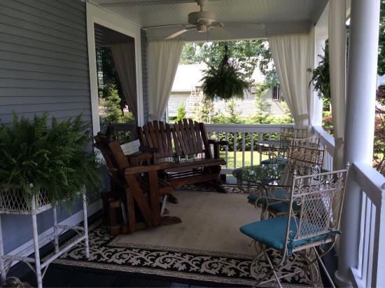 Three Oaks Inn: Spacious covered porch.