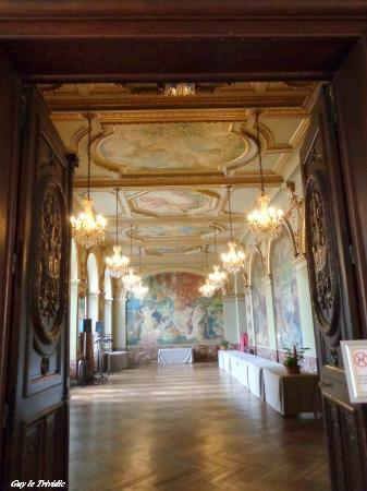 Plaque commémorative sur le sol de la Cour Henri-IV: une dalle ...