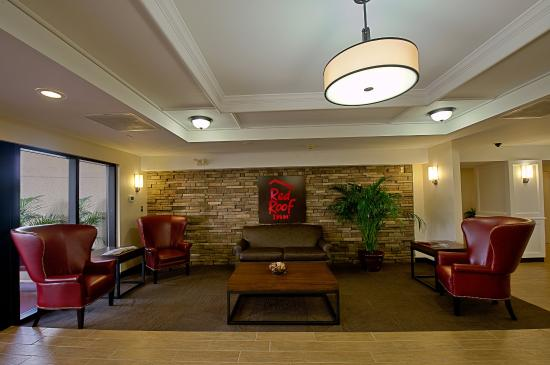 Red Roof Plus+ Gainesville: Lobby Sitting Area