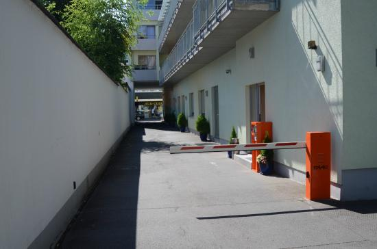 entrance to parking area picture of ante porta das stadthotel trier tripadvisor. Black Bedroom Furniture Sets. Home Design Ideas