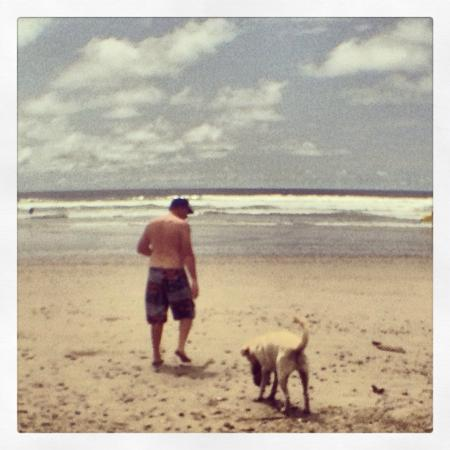 Del Soul Surf School : Me playing with a dog on the beach during the break