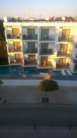 Monsuau Sensory Hotel: swim up pic 3