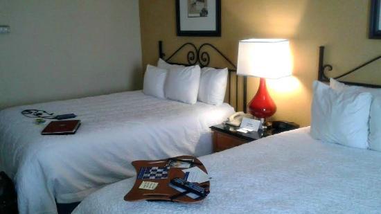 Hampton Inn & Suites Amelia Island-Historic Harbor Front: Bedroom view of clean comfort