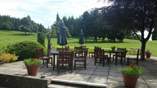 Ghyll Golf Club: Patio with a view of the course to sit and eat or drink