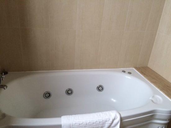 Hotel Roger de Flor Palace: Schönes Bad mit Wanne