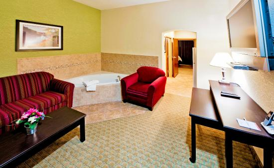 Hawthorn Suites by Wyndham Kingsland: In Room Jacuzzi