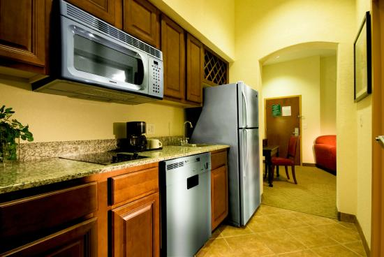 Hawthorn Suites by Wyndham Kingsland: In Room Kitchen
