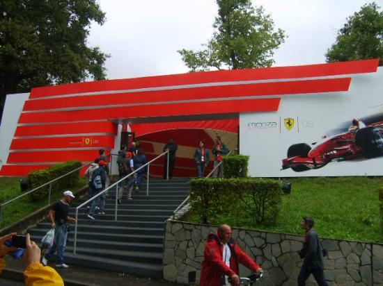 Monza : Loja da Ferrari no circuito.