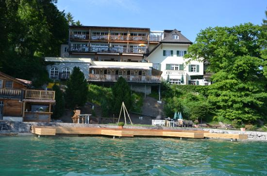 Landhaus zu Appesbach: Hotel and its beach from the lake