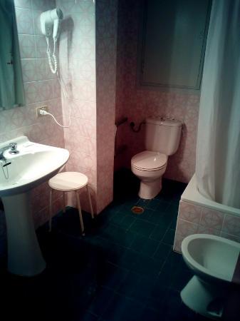 Leuka Hotel: Wc aunque tiene un chapado un tanto antiguo, esta muy limpio.