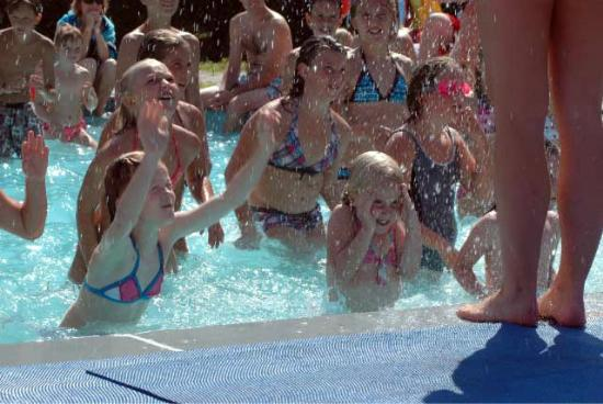 Camping Due Laghi: Giochi in piscina!