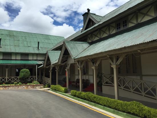 Pinewood Hotel: Front view