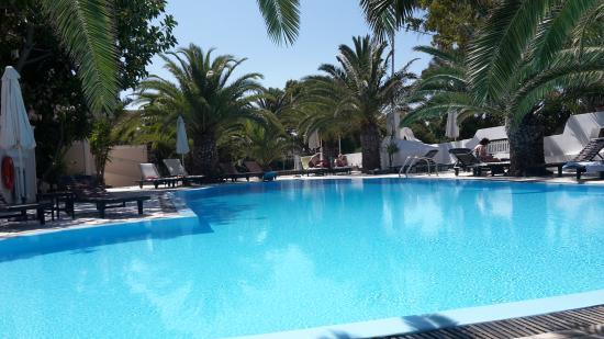 Strogili Hotel: Pool von der Poolbar aus gesehen.