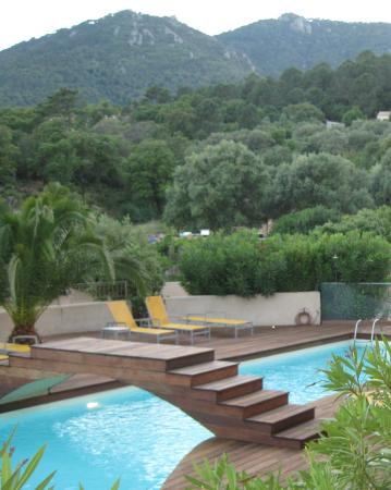 Bungalows du Maquis: Pool surrounded by maquis and mountains