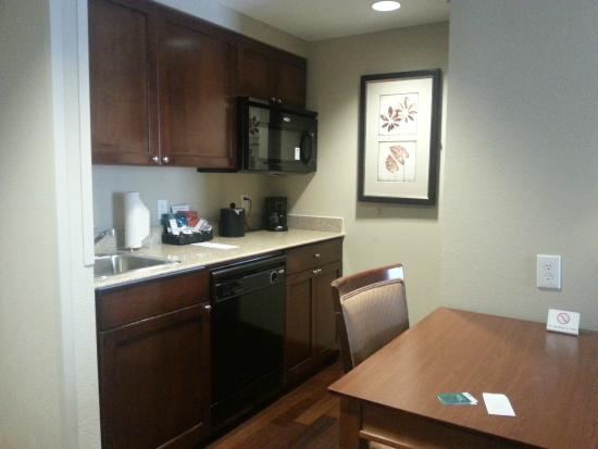 Homewood Suites Atlanta I-85-Lawrenceville-Duluth: Kitchen (full size fridge, microwave and small dishwasher)